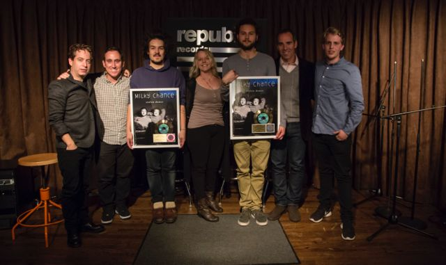 from left to right: Charlie Walk (EVP, Republic Records), Brett Alperowitz (Vice President A&R, Republic Records), Clemens Rehbein (Milky Chance), Trina Tombrink (VP Promotion & Artist Development, Republic Records), Philipp Dausch (Milky Chance), Monte Lipman (President, Republic Records), Björn Deparade (Artist Manager, Wasted Talent Entertainment GmbH)